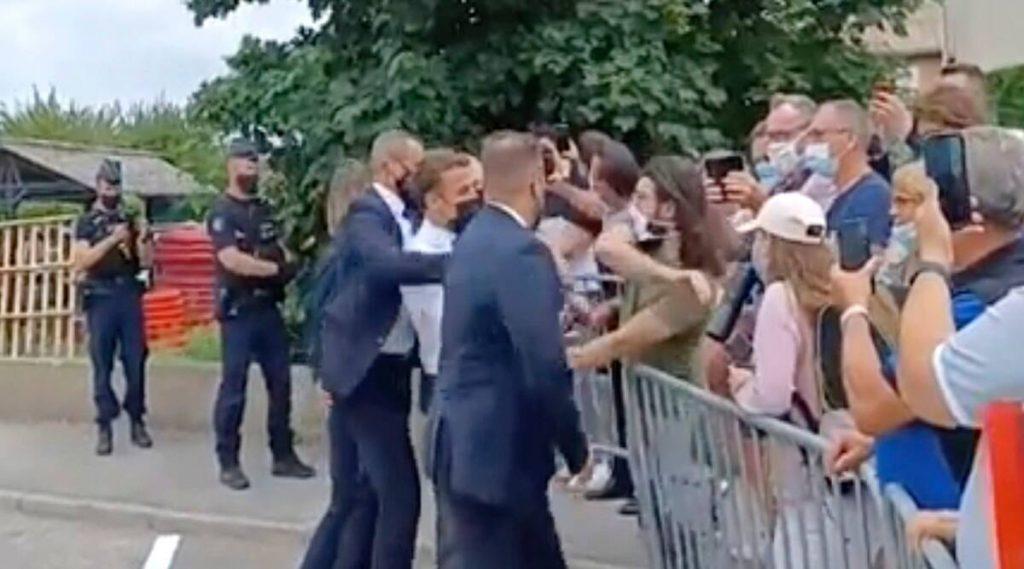 फ्रान्सका राष्ट्रपति म्याक्रोनलाई सार्वजनिक स्थलमै गालामा चड्कन !