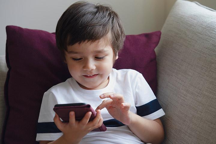 बच्चा मोबाइलमा झुण्डिरहने बानी छ भने यसरी हटाउनुहोस्