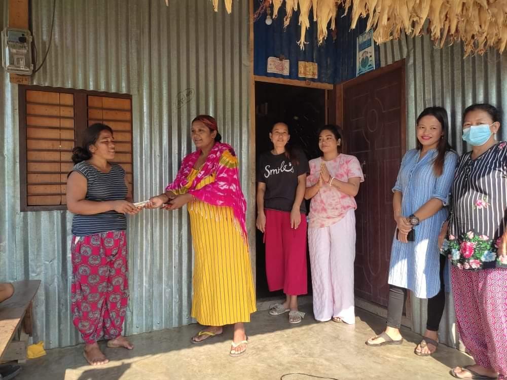 महिला संघ केराबारीले खोलाले बगाएर श्रीमान गुमाएको निरौलाको परिवारलाई आर्थिक सहयोग